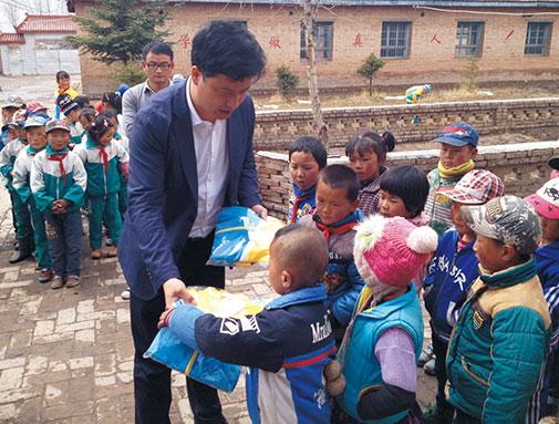 集团青海公司向玉树藏族小学捐赠衣物
