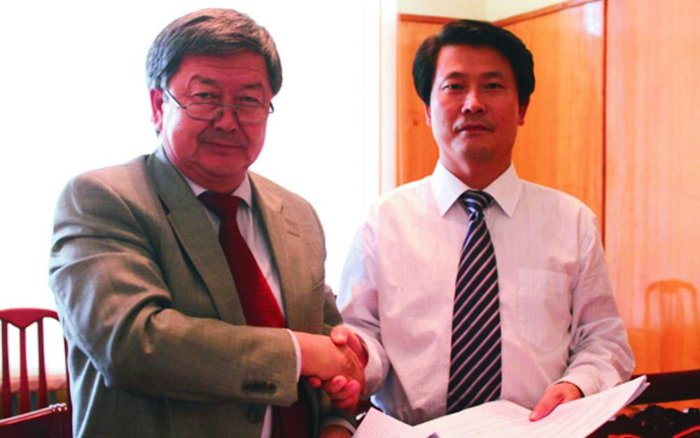 刘雁飞董事长与时任吉尔吉斯斯坦总理的久勒多舍维奇签订合作协议